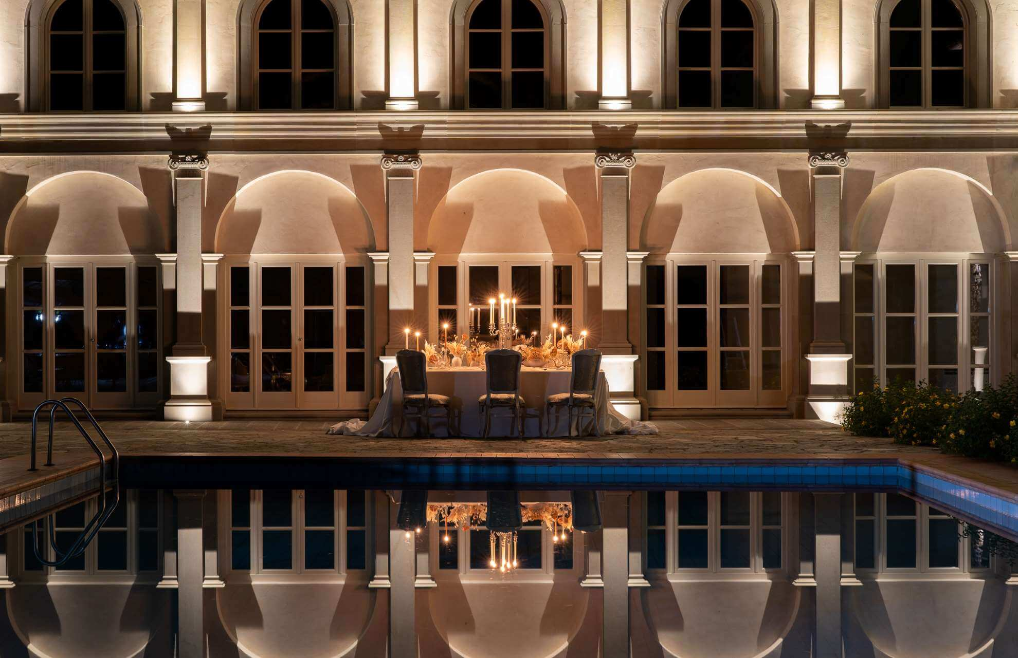 Tavolo banchetto nunziale a bordo piscina di un evento realizzato da Michela Valcaccia wedding e event planner