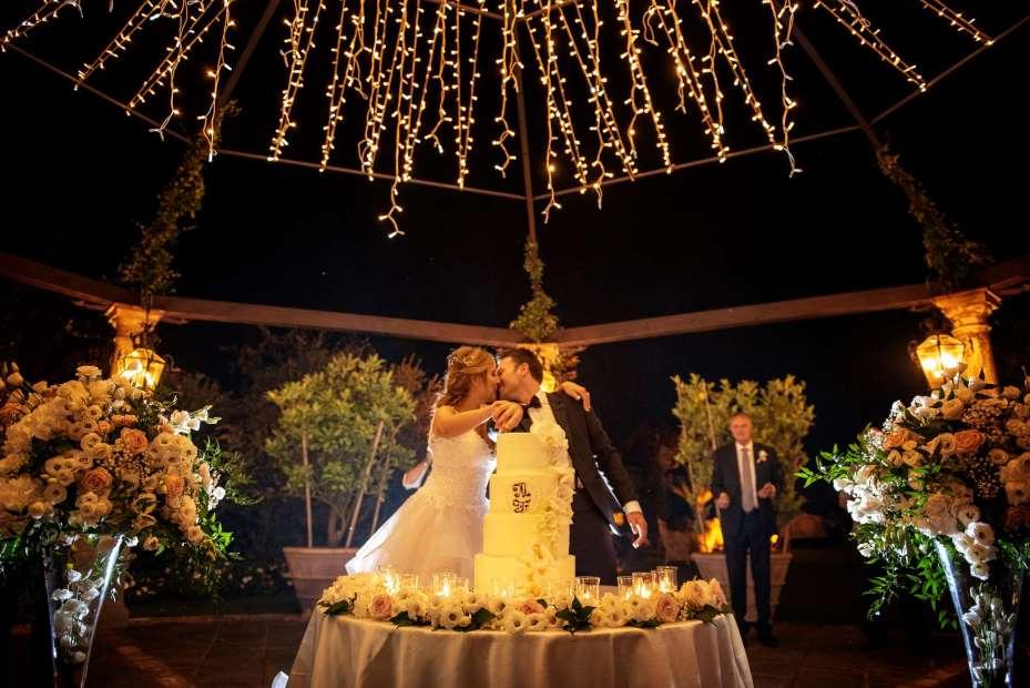 Taglio della torta di una coppia di sposi: Michela Valcaccia wedding planner toscana di un matrimonio organizzato da Michela Valcaccia wedding planner toscana