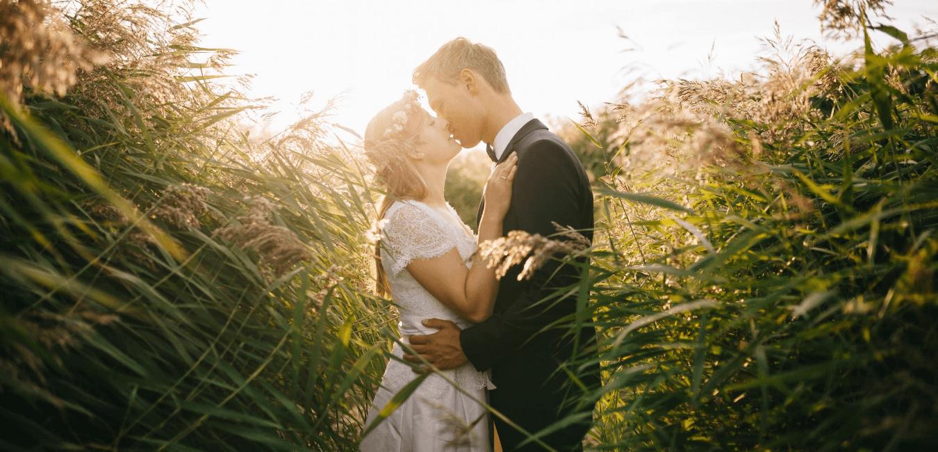 Bacio sposi matrimonio organizzato da Michela Valcaccia Wedding Planner Toscana